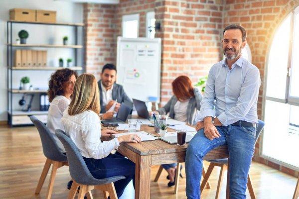 در محل کار چگونه لباس بپوشیم؟ + نکاتی برای انتخاب لباس مناسب محل کار